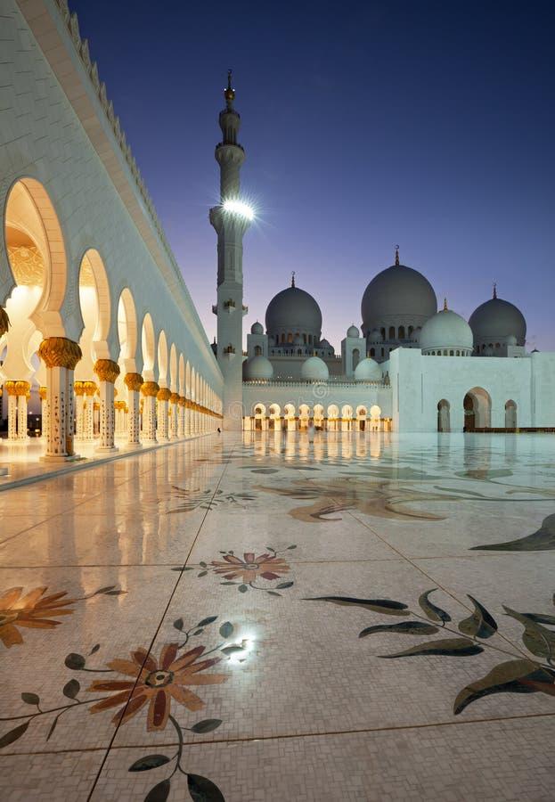 从阿布扎比扎耶德Mosque回教族长射击的夜 库存图片