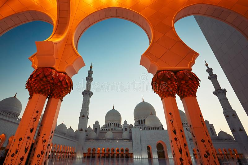Download 阿布扎比清真寺 图库摄影片. 图片 包括有 目的地, 著名, 圆顶, 中间, 穆斯林, 夜间, 宫殿, 全部 - 72362197