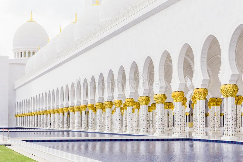 阿布扎比,阿拉伯联合酋长国,2015年12月16日:回教族长扎耶德Grand Mosque的曲拱和专栏 库存照片