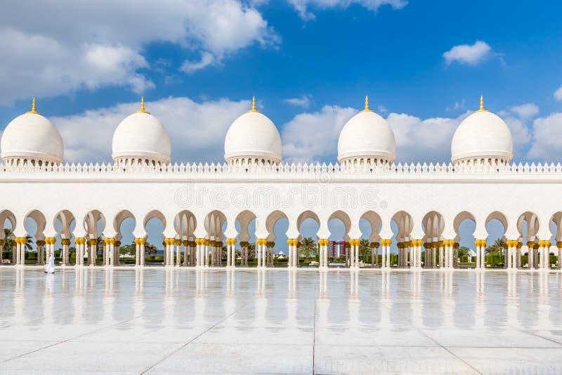 阿布扎比,阿拉伯联合酋长国,2015年12月16日:回教族长扎耶德Grand Mosque的曲拱和专栏 免版税图库摄影