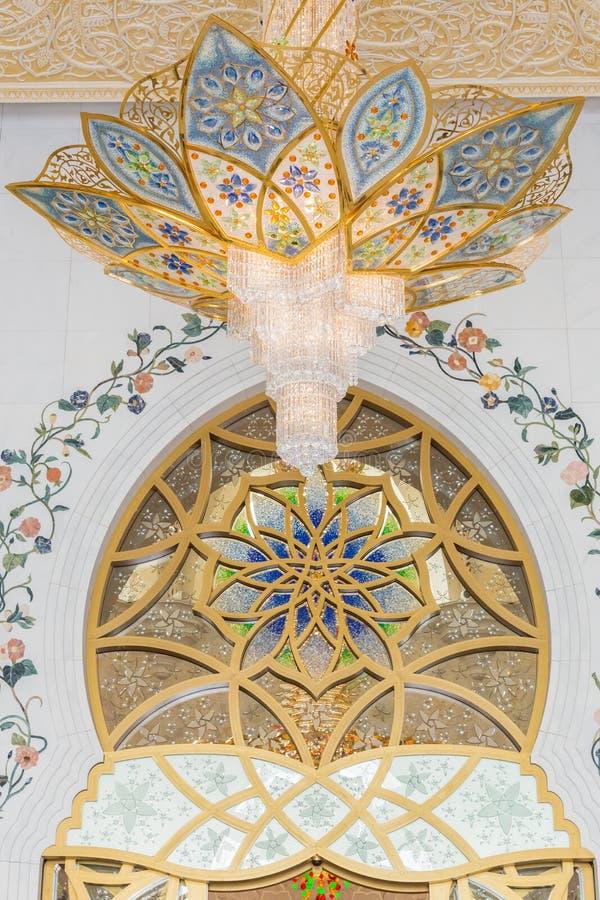 阿布扎比,阿拉伯联合酋长国,2015年12月16日:在回教族长扎耶德Grand Mosque的华丽枝形吊灯 库存照片
