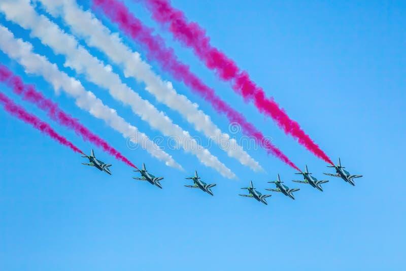 阿布扎比,阿拉伯联合酋长国,2016年12月2日:Al Fursan特技飞行合作在国庆节的飞行过去 图库摄影