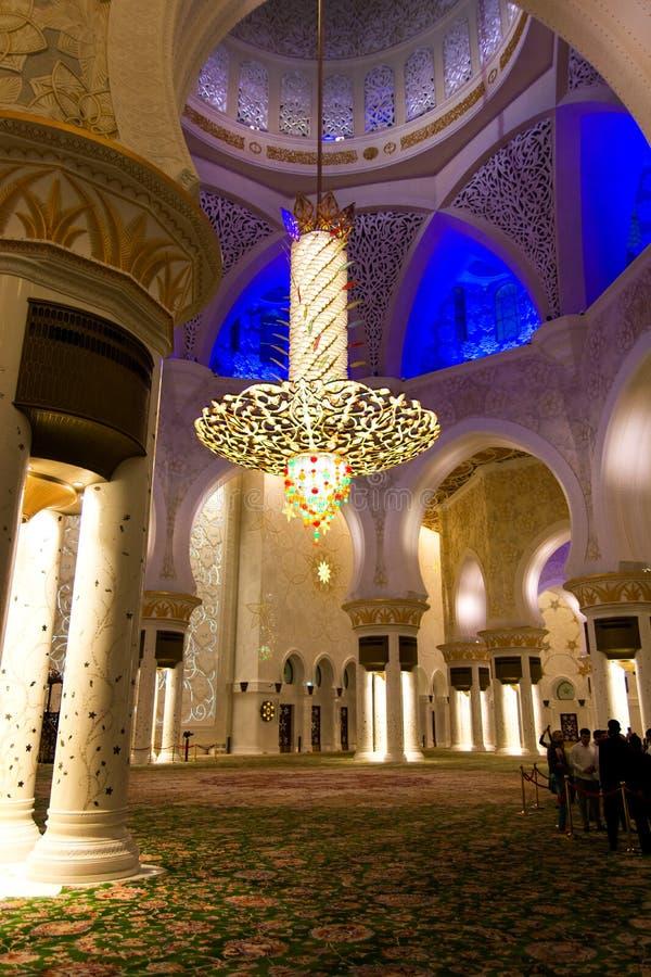 阿布扎比,阿拉伯联合酋长国- 2018年1月26日:扎耶德Grand Mosque回教族长豪华枝形吊灯和内部 免版税图库摄影