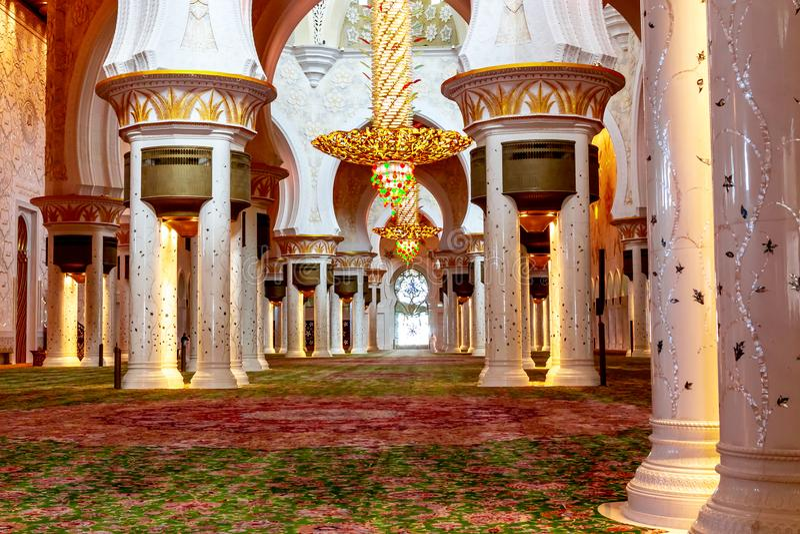 阿布扎比,阿拉伯联合酋长国- 2018年12月13日:盛大清真寺在阿布扎比-主要大厅的内部 免版税库存照片