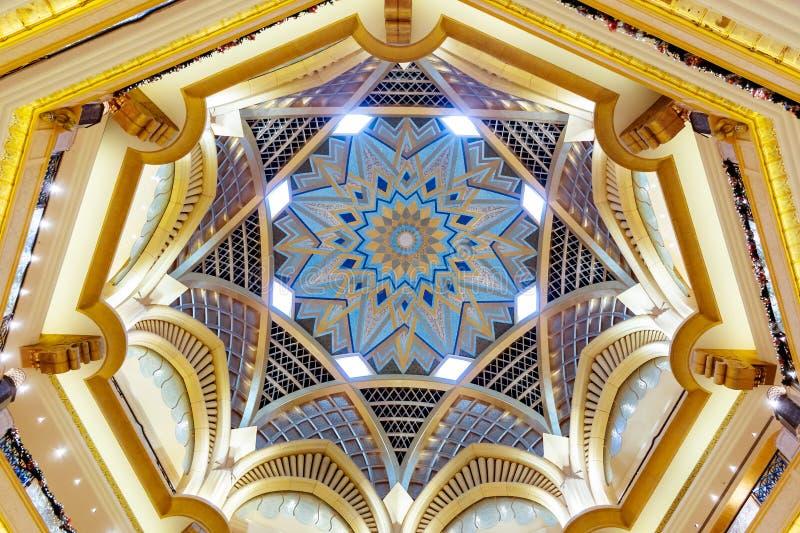 阿布扎比,阿拉伯联合酋长国- 2018年12月13日:酋长管辖区宫殿美好的天花板在阿布扎比 免版税库存照片