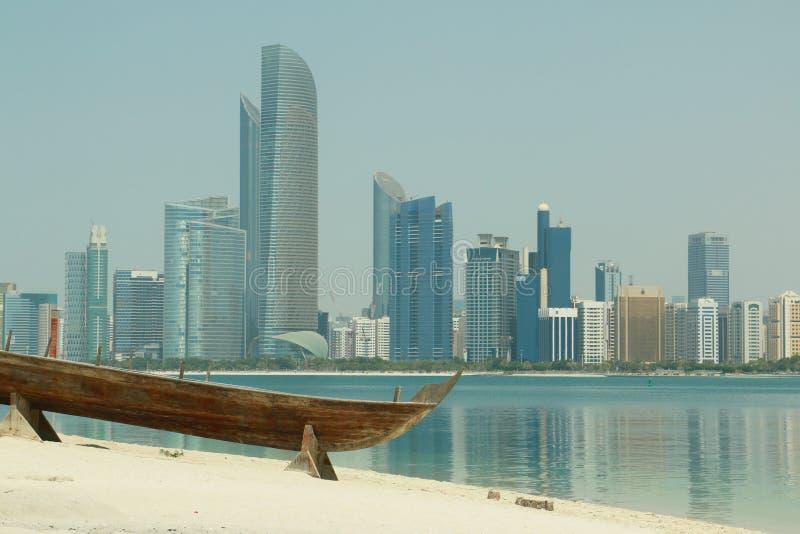 阿布扎比,阿拉伯联合酋长国-摩天大楼和一条老小船 免版税图库摄影
