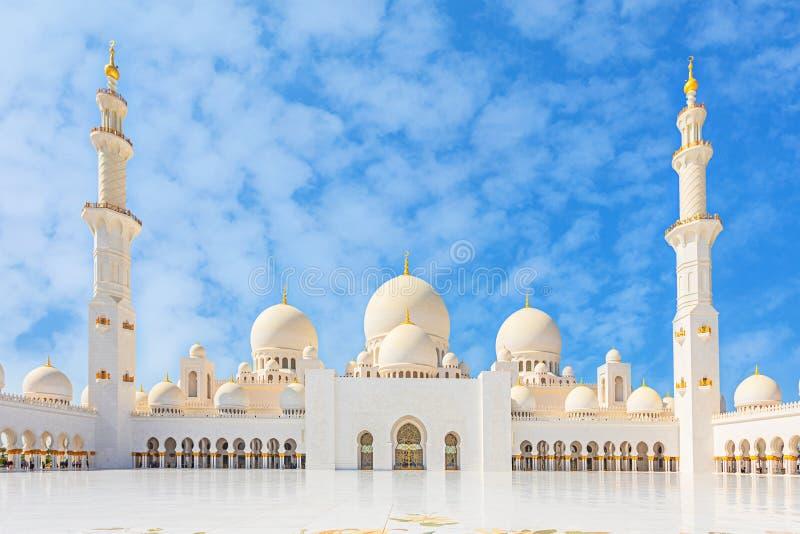 阿布扎比,阿联酋回教族长扎耶德Mosque - 有独特的大理石地板的美丽的白色盛大清真寺庭院和 库存照片