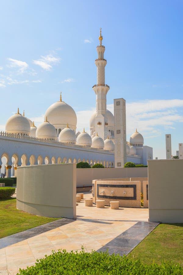 阿布扎比,阿联酋回教族长扎耶德Mosque - 美丽的白色盛大清真寺 免版税库存照片
