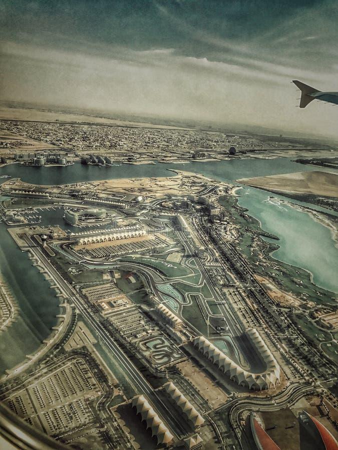 从阿布扎比& x28的上面YAS海岛;阿拉伯联合酋长国& x29; 免版税库存图片
