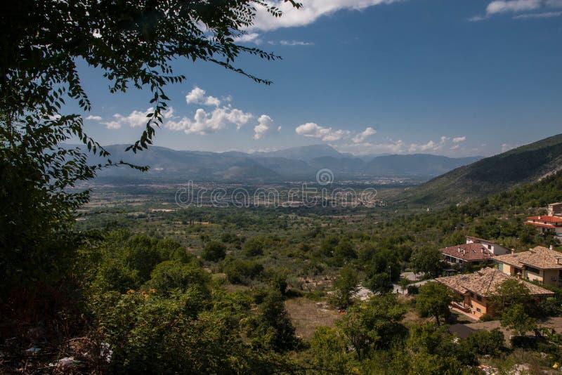 阿布鲁佐山景在意大利在夏天 免版税图库摄影