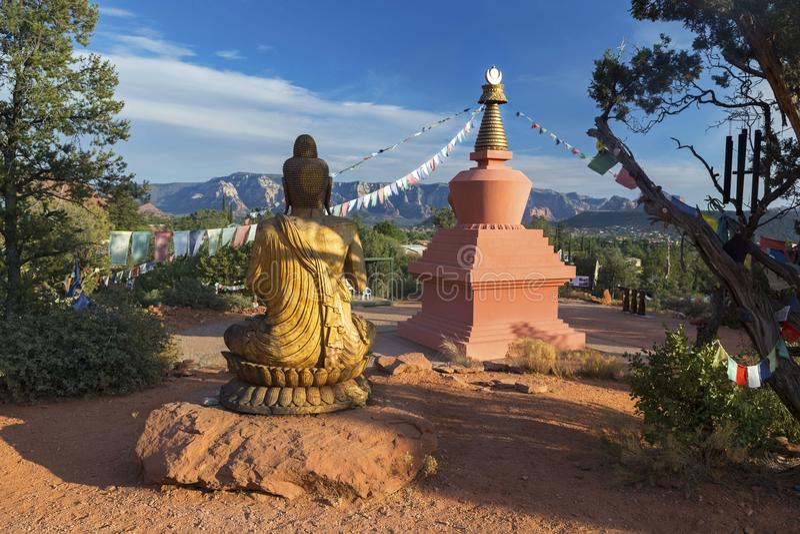 阿弥陀佛Stupa,菩萨雕象和祷告旗子在和平公园Sedona亚利桑那 图库摄影