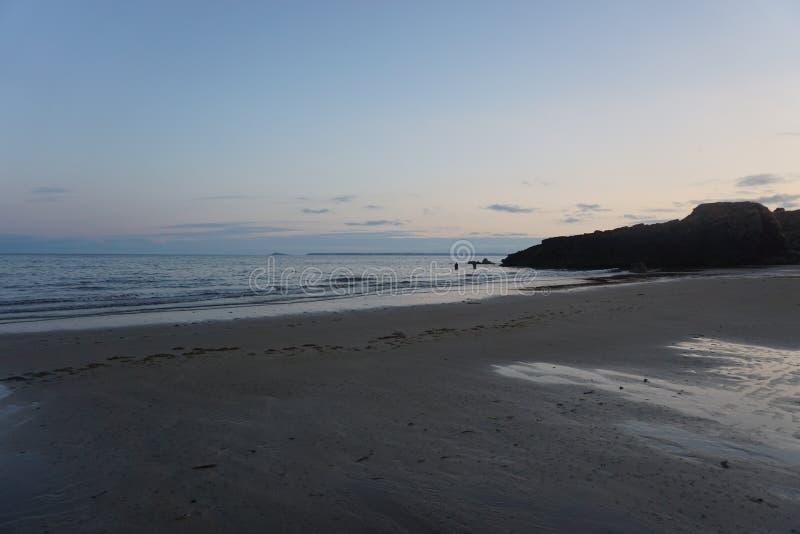 阿德莫尔海滩在日落的爱尔兰没有人 免版税库存照片