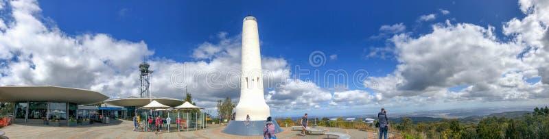 阿德莱德,澳大利亚- 2018年9月16日:与游人的Mt崇高大阳台,全景 这是一著名旅游景点  免版税库存图片