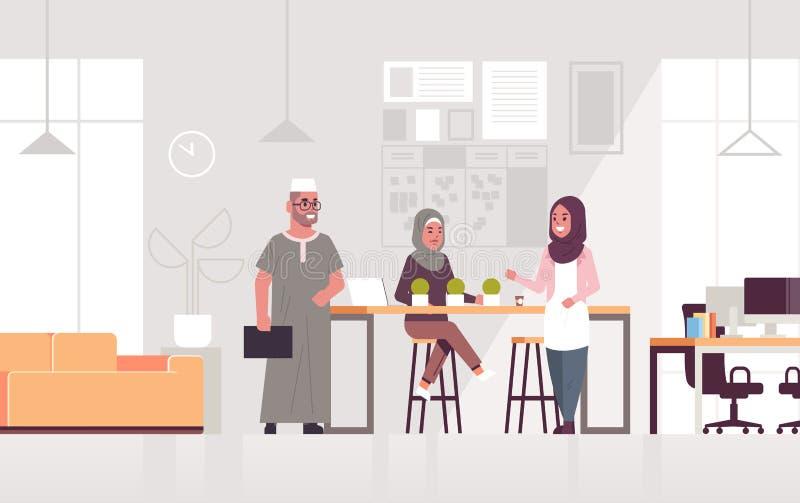 阿拉伯买卖人谈论新的企业项目在遇见工作一起群策群力的阿拉伯同事期间 向量例证