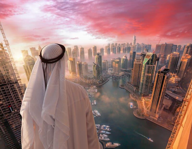阿拉伯人在迪拜,阿联酋观看迪拜小游艇船坞 免版税库存图片