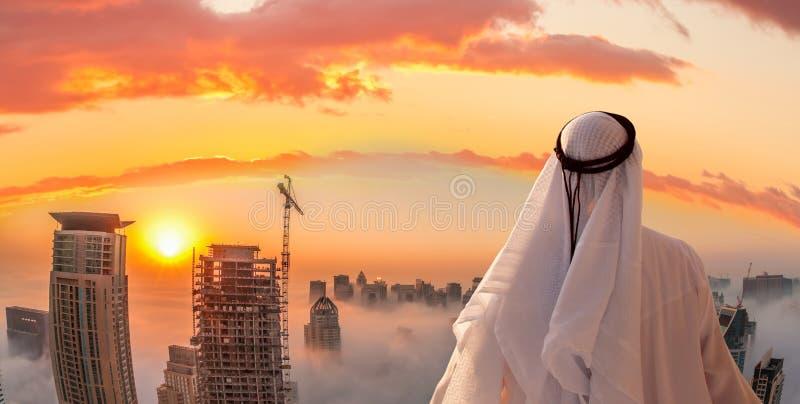 阿拉伯人在迪拜,阿联酋观看迪拜小游艇船坞 免版税库存照片