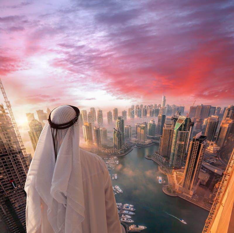 阿拉伯人在迪拜,阿联酋观看迪拜小游艇船坞 库存图片