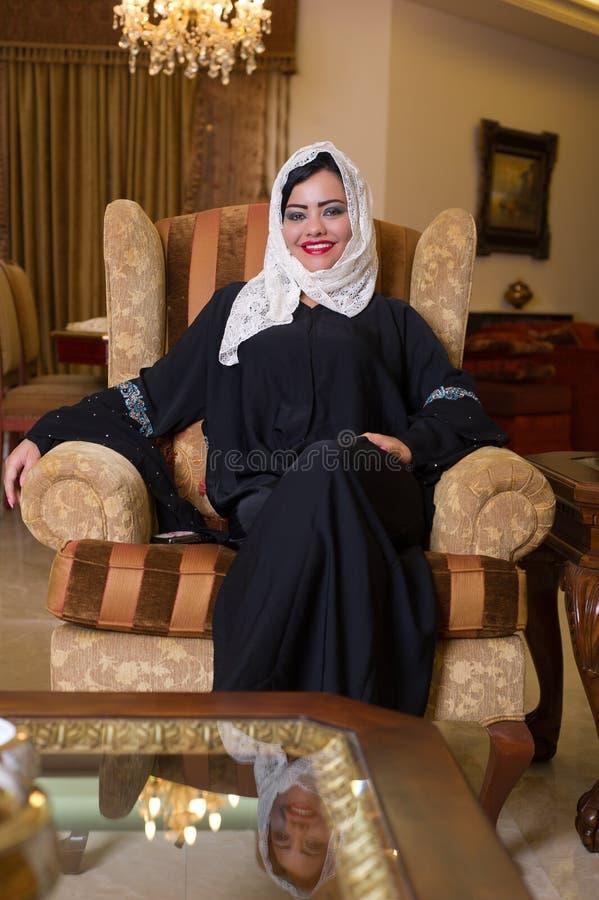 阿拉伯人放松她的hijab家的夫人 图库摄影