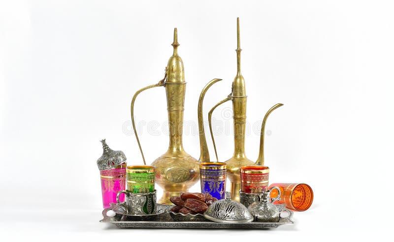 阿拉伯传统盘装饰茶几赖买丹月 免版税库存照片