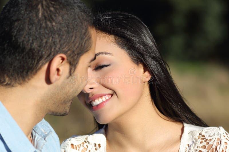 阿拉伯偶然夫妇挥动准备好亲吻充满爱 库存图片