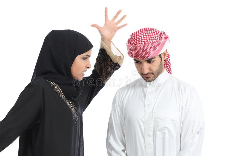 阿拉伯加上妇女争论对她的丈夫 图库摄影
