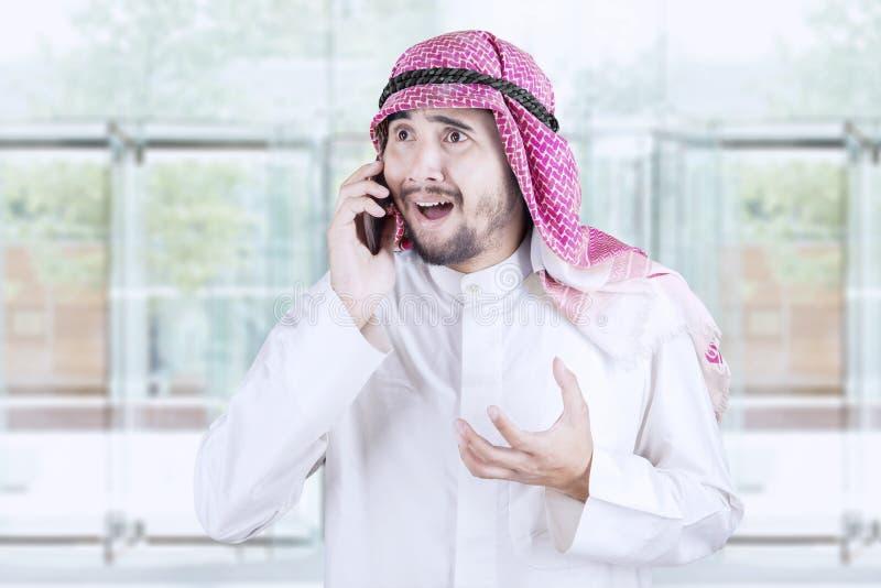 阿拉伯商人发表演讲关于手机 图库摄影