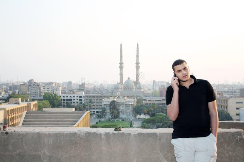 阿拉伯埃及年轻商人谈话与电话 库存照片