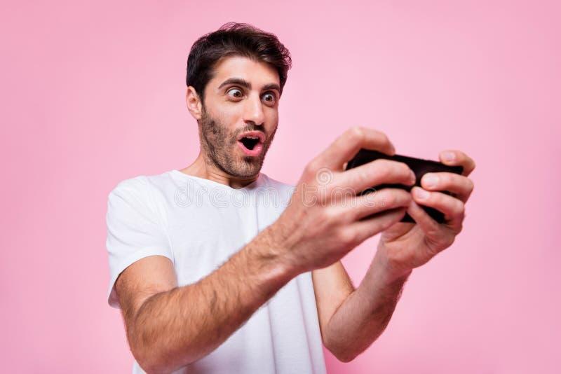 阿拉伯多民族怪人肖像用手机寻找新电子游戏玩家玩得开心 免版税库存图片