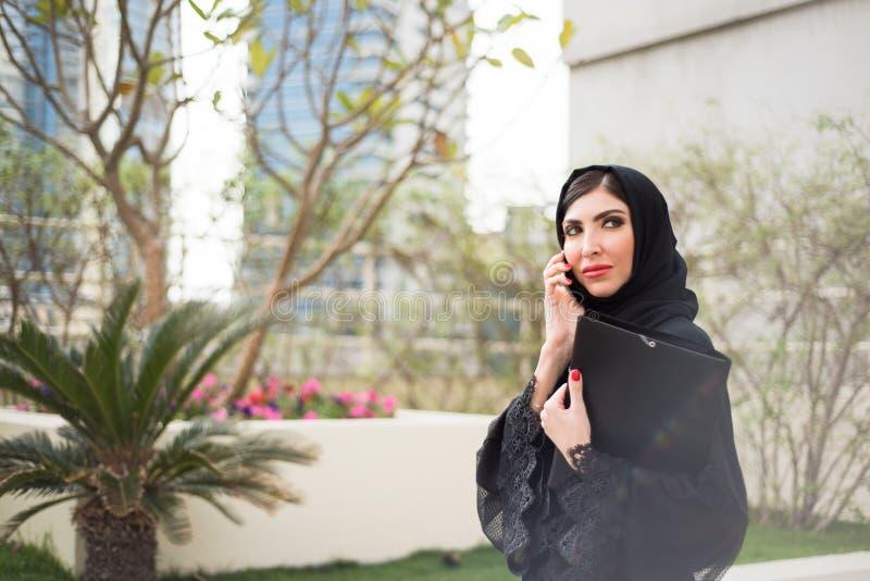 阿拉伯女商人发表演讲关于手机 库存图片