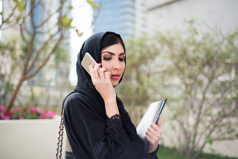 阿拉伯女商人发表演讲关于手机 免版税库存照片