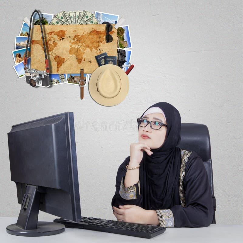阿拉伯女实业家与一个想象假期 免版税图库摄影