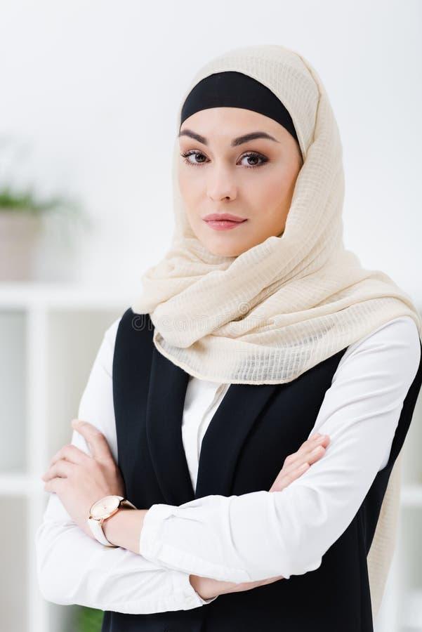 阿拉伯女实业家画象hijab的与胳膊横渡了身分 库存图片