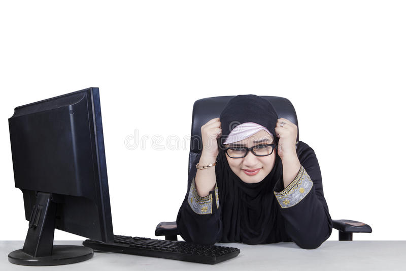 阿拉伯女实业家看起来沮丧 库存图片