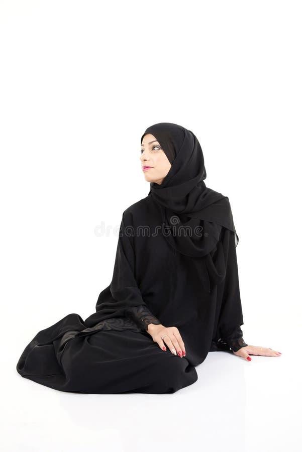 阿拉伯妇女坐地板 免版税库存图片