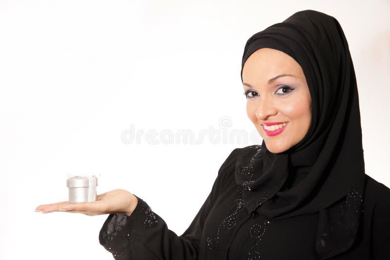 阿拉伯妇女,传统穿戴的举行的礼物 免版税库存图片