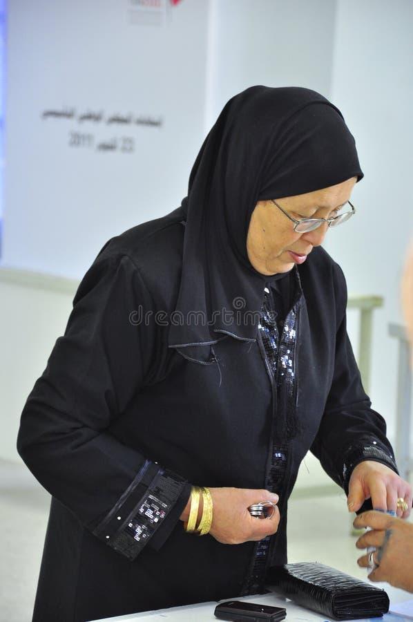 阿拉伯投票站投票的妇女 库存图片