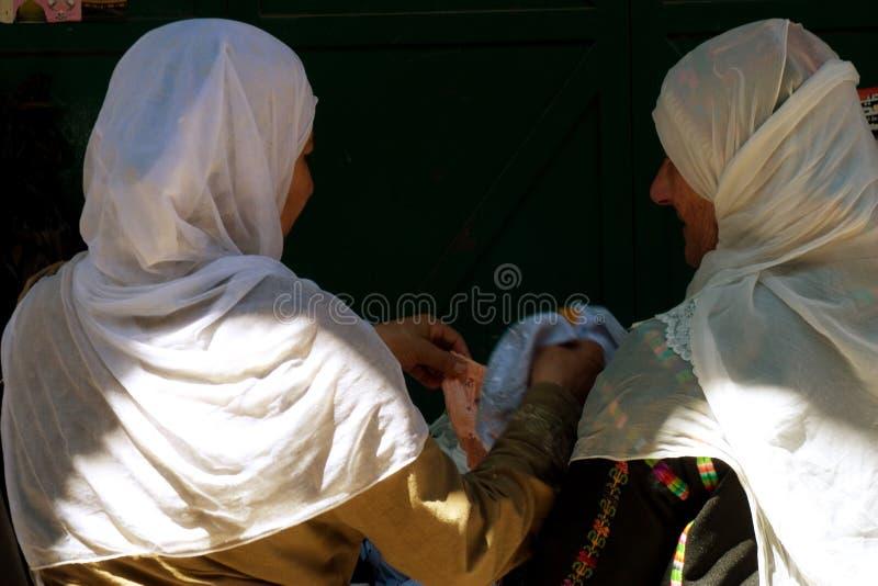 阿拉伯服装购物的传统二名妇女 库存照片