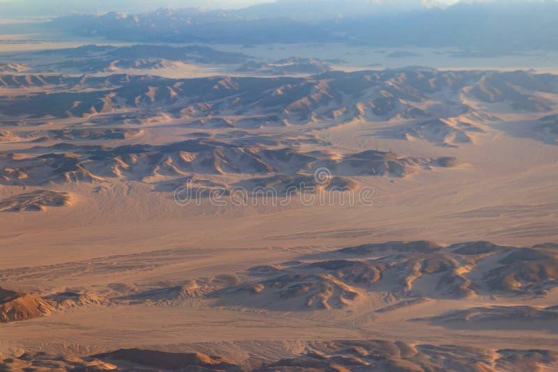阿拉伯沙漠和山脉在洪加达,埃及附近的红海小山看法  r 库存照片