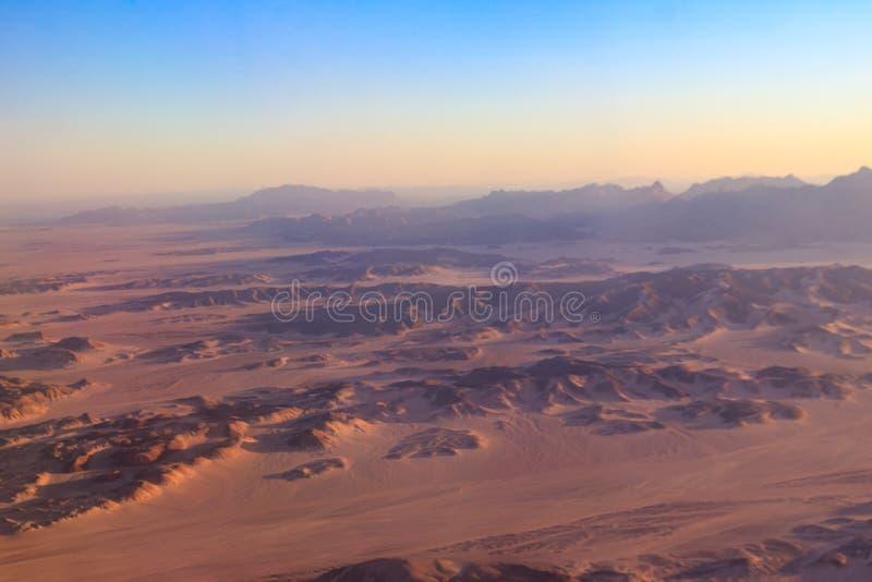 阿拉伯沙漠和山脉在洪加达,埃及附近的红海小山鸟瞰图  r 库存图片