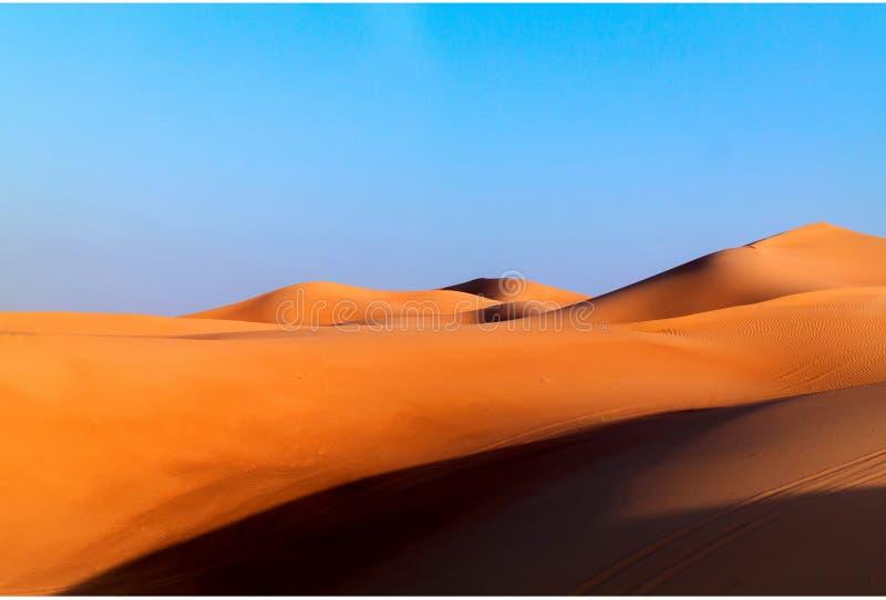 阿拉伯沙漠在藍天的沙丘背景圖片