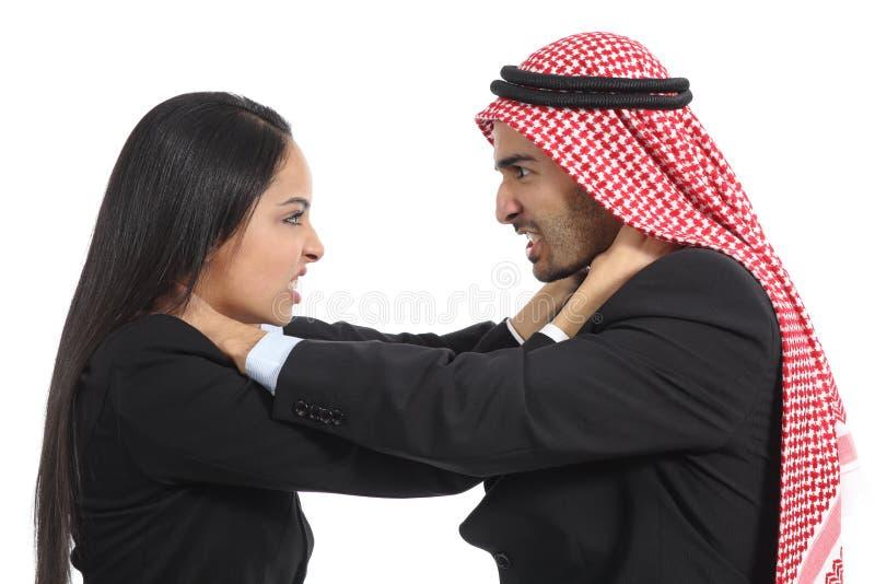 阿拉伯沙特商人和妇女竞争 库存图片