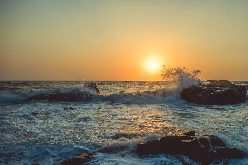 阿拉伯海和岩石反对日落背景  库存图片