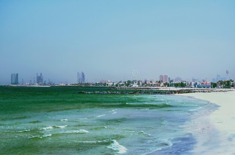 阿拉伯海湾的岸 阿吉曼酋长管辖区  与波浪和白色沙子的美好的海风景 免版税库存图片