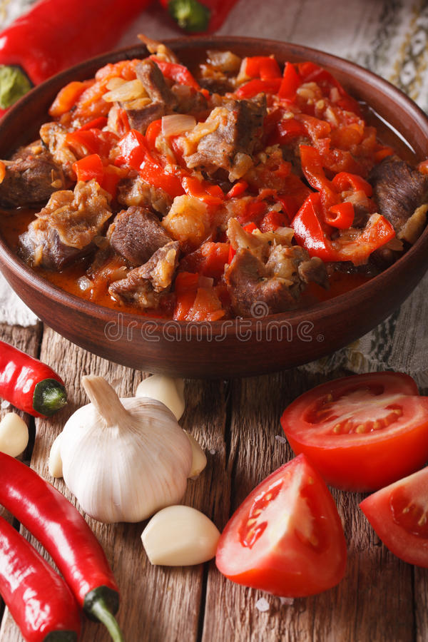 阿拉伯烹调:与菜的羊羔炖煮的食物在碗关闭  Ve 免版税库存图片