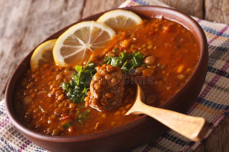 阿拉伯烹调:在碗特写镜头的Harira汤 水平 免版税库存照片