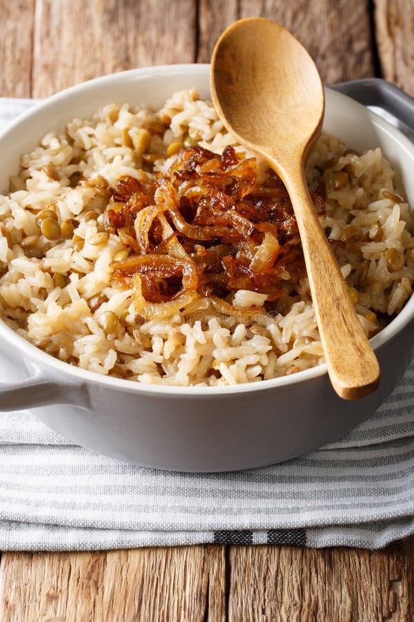 阿拉伯烹调:米用扁豆和油煎的葱特写镜头在a 免版税库存照片