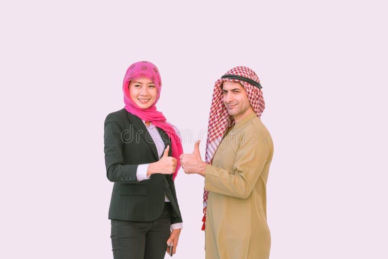 阿拉伯男人和显示赞许的穆斯林妇女 免版税库存图片