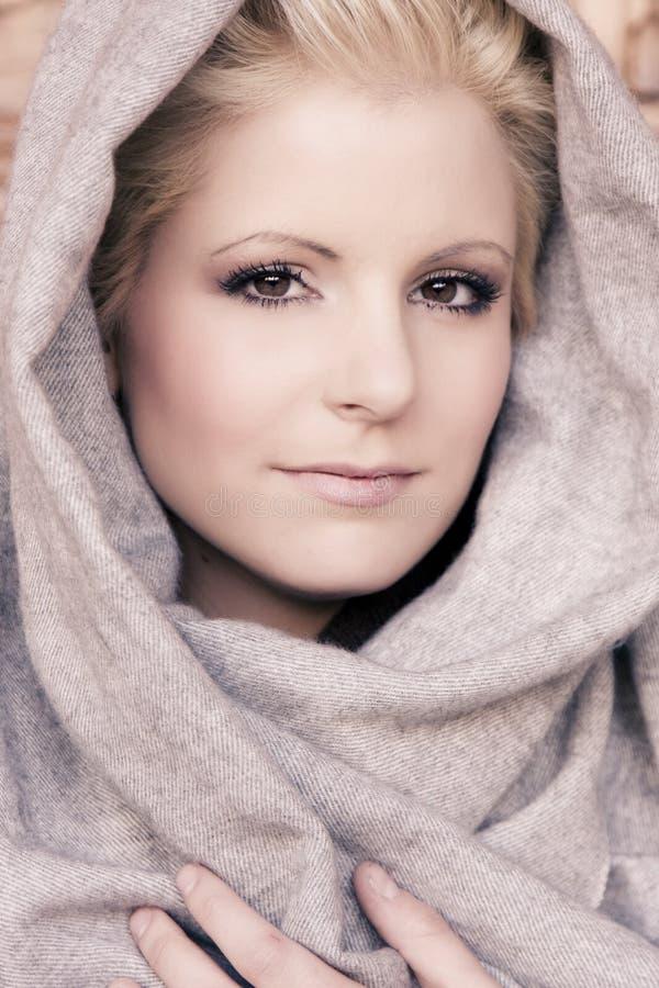 阿拉伯秀丽面纱佩带的年轻人 库存图片