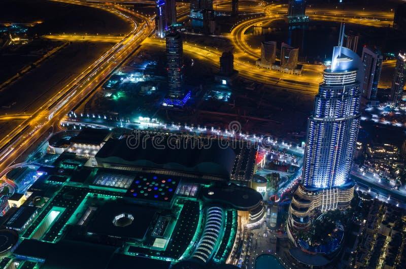 阿拉伯联合酋长国,迪拜, 06/14/2015,街市迪拜未来派市霓虹灯和回教族长zayed从世界最高的塔射击的路 免版税库存照片