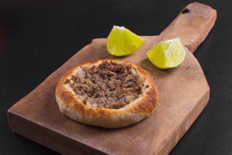 Download 阿拉伯肉sfiha 库存图片. 图片 包括有 可口, 午餐, 新鲜, 空白, 螺母, 面粉, 可耕的, 细菌学 - 72369273